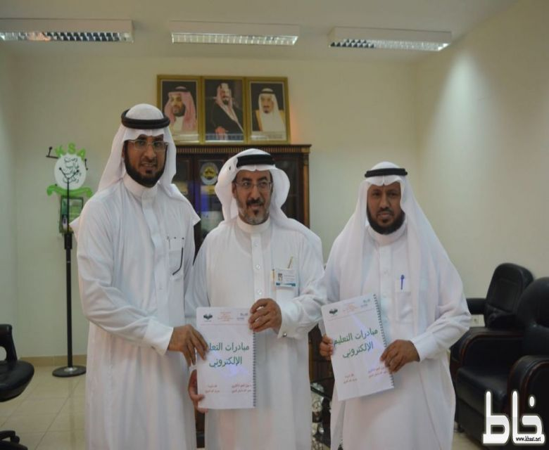 تدشين مدير التعليم لمبادرات التعليم الإلكتروني بمدرسة الملك عبدالله بخاط