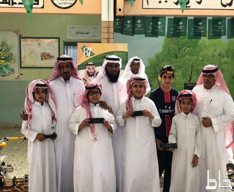 مدرسة المهاجرون تقيم الحفل الختامي للأنشطة .