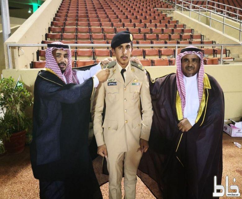 الملازم حسام الصميدي يحتفل بتخرجه من كلية الملك عبدالعزيز الحربية .