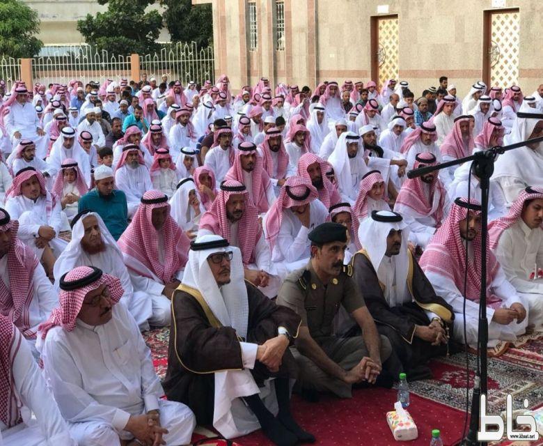 الطارقي ومشايخ ونواب القبائل وأهالي مركز خاط يؤدون صلاة عيد الفطر