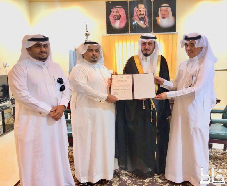 محافظ بارق يكرم الربعي مدير مكتب خدمات جمعة ربيعة