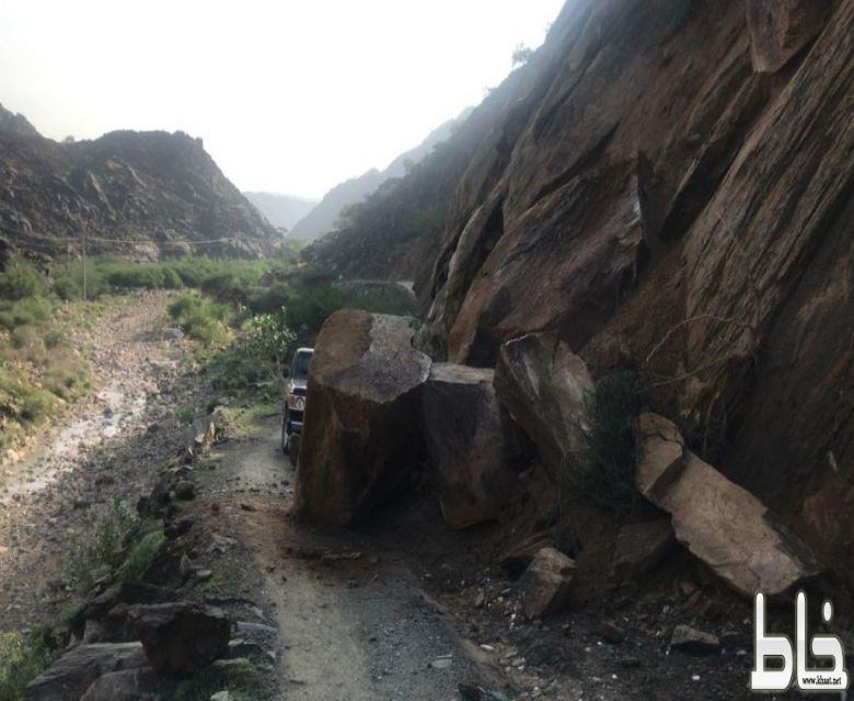مواطنون يناشدون الجهات المسؤولة بفتح طريق وادي حلاه شرق ثربان