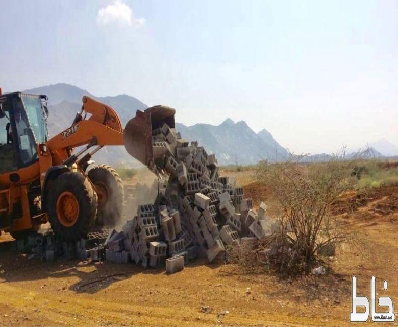 بلدية بارق و لجنة التعديات تستعيد 150 ألف م2 في خبت آل حجري