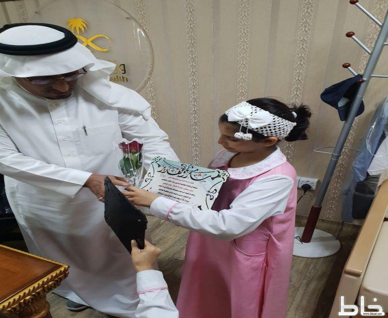 بالصور طالبات الابتدائية والمتوسطة الأولى بالمجاردة يحتفون باليوم العالمي للطفل العربي في مستشفى المجاردةالعام.
