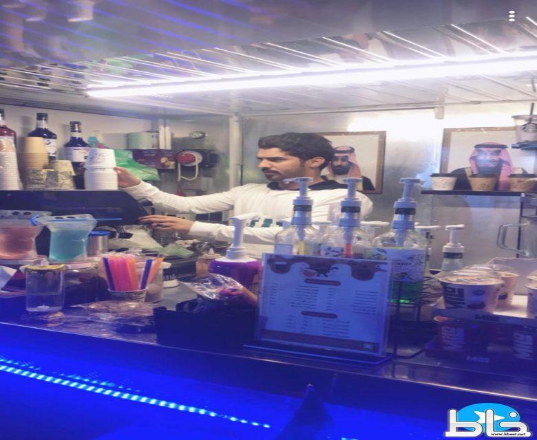 على العربة المتنقلة (فود ترك) فيصل الشهري يكسر ثقافة العيب ويقدم الشاهي والقهوة لزوار شارع الفن بمحافظة المجاردة