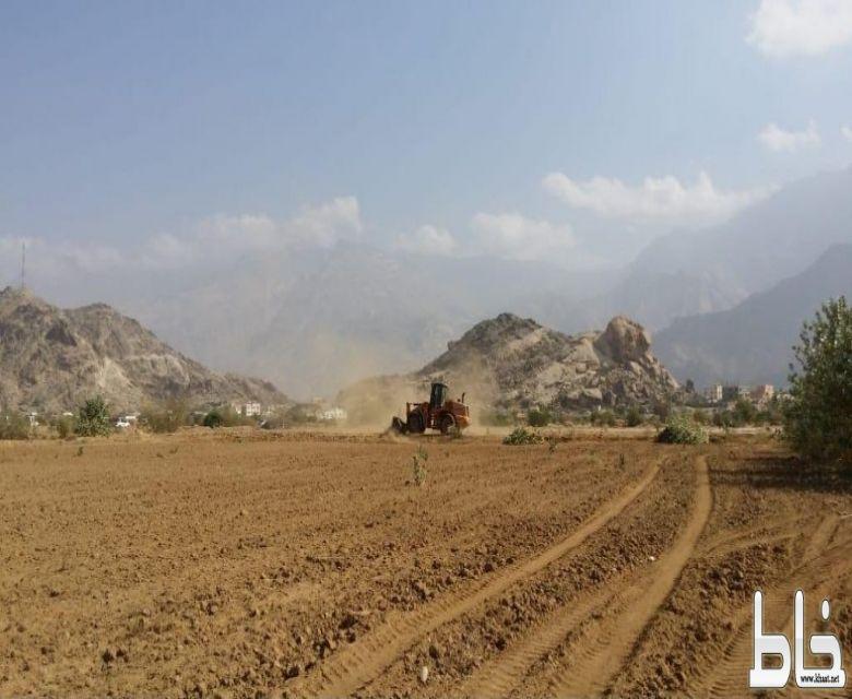 بلدية بارق و لجنة التعديات تزيل الإحداثات من الأراضي الحكومية في غصه