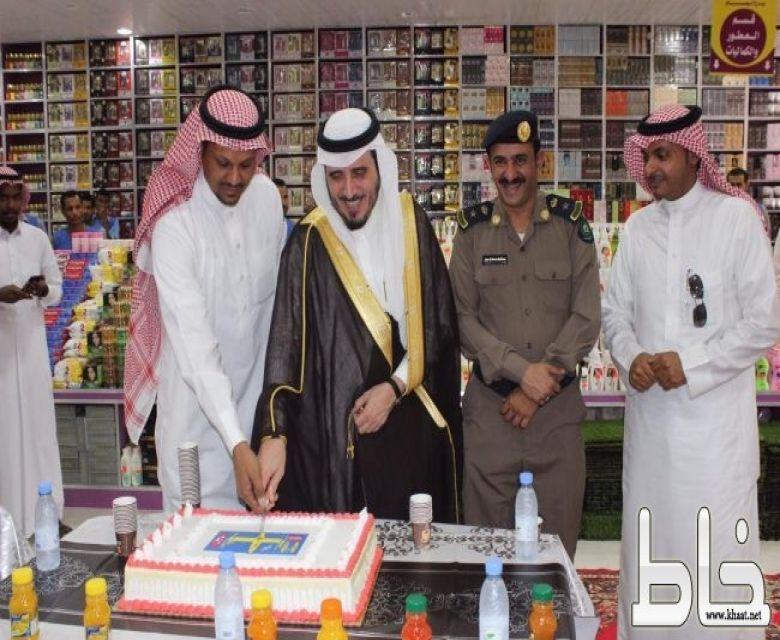 """محافظ بارق يدشّن """" برج الوسام """" أكبر مركز تجاري للتبضّع المخفّض في محافظة بارق"""