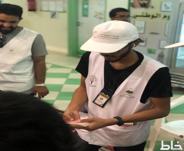 """متطوعو """"السعودية للكهرباء"""" يرشدون الحجاج التائهين ويخدمون ذوي الهمم والمسنين ويترجمون بـ 4 لغات"""