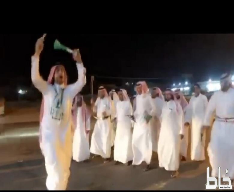 شاهد : عدد من قبائل احد ثربان يحتفلون باليوم الوطني على طريقتهم الخاصة رغم عدم تزيين الشوارع بالاعلام والإضاءات