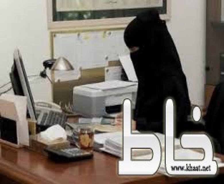 شاهد ماذا وجدت احد إداريات أبتدائية الظهرة بالمجاردة بين أوراق داخل مكتبها