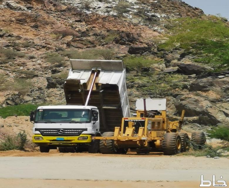 السيول تغلق مشروع ذمل شرق ثربان والبلدية تشرع في إعادت فتح الطريق