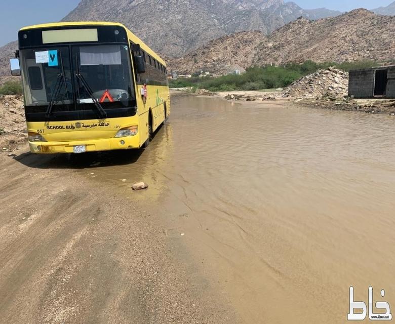 حافلة مدرسية بداخلها 43 طالبة تعلق في مستنقع مائي بأحد ثربان