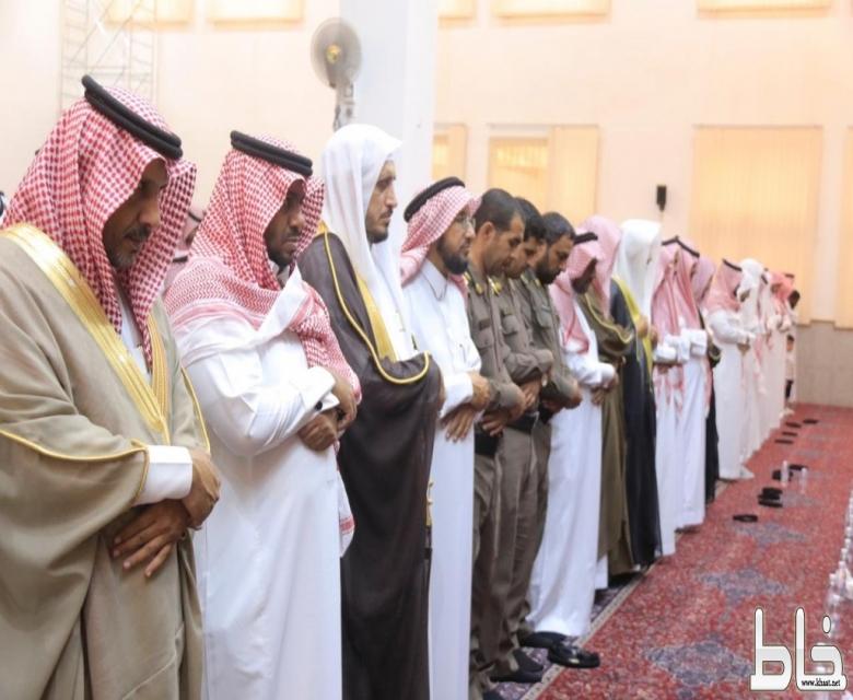 محافظ بارق يؤدي صلاة الاستسقاء مع جموع المصلين بجامع سارة العجمي