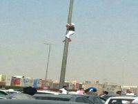 بالصور .. مواطنون ومقيمون ينقذون شابا حاول الإنتحار بالرياض بعد أن ألقى ملفه ( الأخضر ) على الرصيف