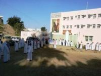 مدرسة الإدريسي تغلق أبوابها في أول يوم دراسي بأثرب بارق