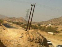 """مواطنون يتهمون """"الكهرباء"""" بتعطيل إنجاز طريق يصل القنفذة بالمجاردة"""