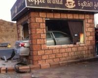 """بالصور """"تويوتا"""" تخترق محلًا للوجبات السريعة بطريق الباحة"""