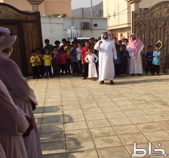 طلاب الصف الاول الابتدائي بمدرسة عبدالرحمن الغافقي بالمجاردة يعزون معلمهم في وفاة والدته