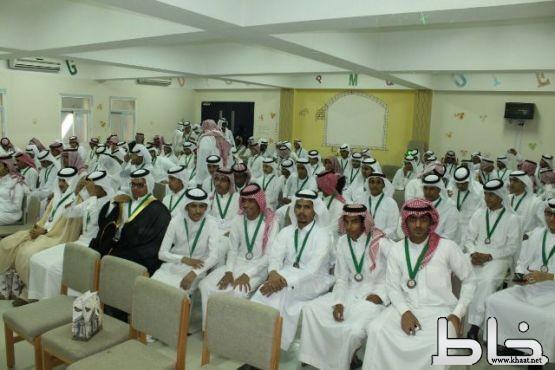 في حفل بهيج.. ثانوية جابر بن حيان بالمجاردة تودّع ١٤٢ طالباً بالصف الثالث الثانوي