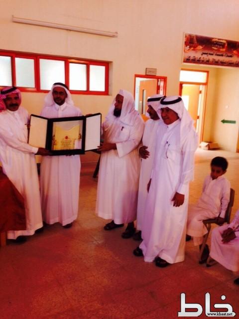 مدرسة ابو موسى الاشعري تكرم مدير إدارتها  الاستاذ شبيلي الشهري