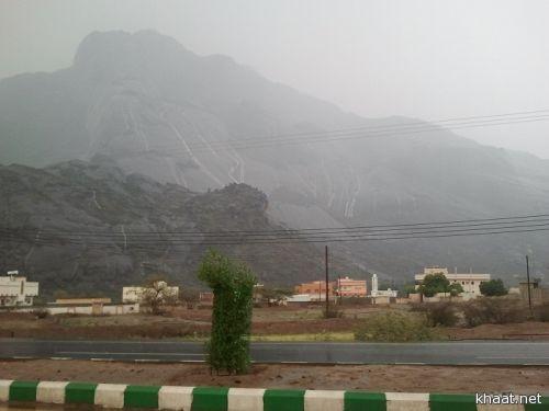 أمطار متوسطة الى غزيرة شهدتها خـاط مساء هذا اليوم ( صور )