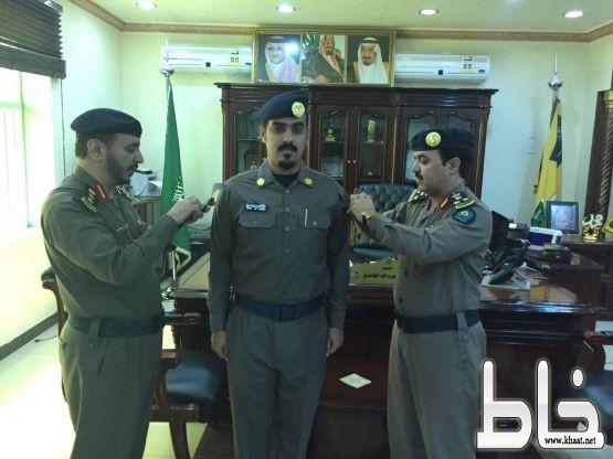 العميد الغامدي يقلد الملازم خالد العمري رتبة ملازم بعد صدور الامر الملكي