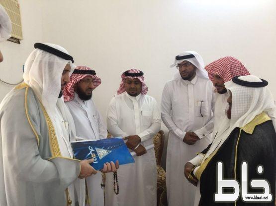 محافظ بارق يزور مركز جمعة ربيعة ويعد بنقل مطالبهم لمجلس المنطقة
