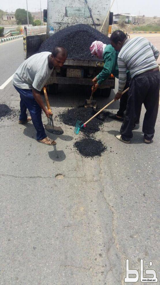"""تفاعلاً مع """" خاط """" بلدية المجاردة تصلح حفر تتوسط الشارع العام بمركز ثربان"""