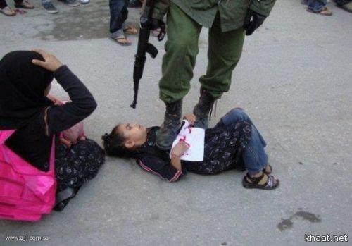 صهيوني يدوس ببطن طفلة فلسطينية.. الصورة التي هزت العالم