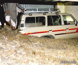 نجاة أسرة من انهيار صخري بمحايل