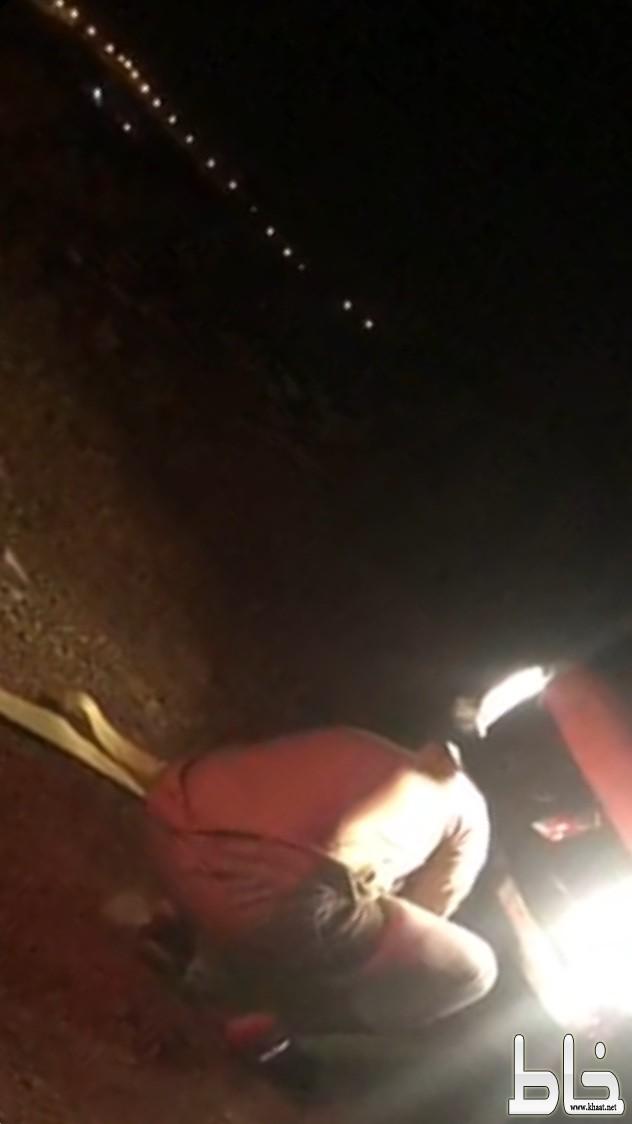 فريق ساعد أبها وخميس مشيط يخرج سيارة في بني مازن