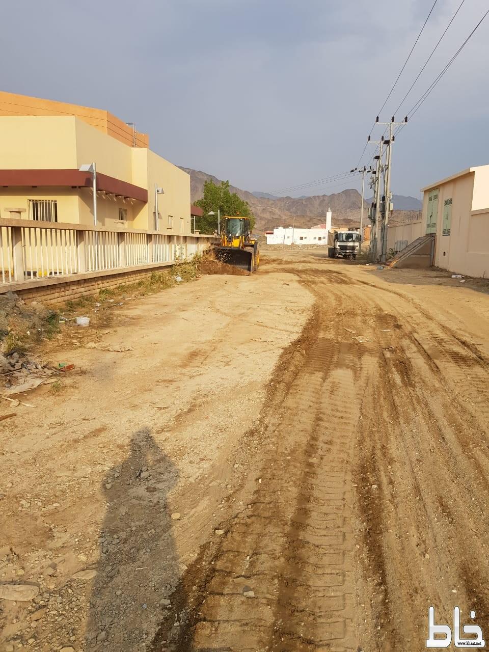 بلدية محافظة خليص تعيد فتح وتمهيد الطرق المتضررة بعد هطول الامطار على وادي ستارة