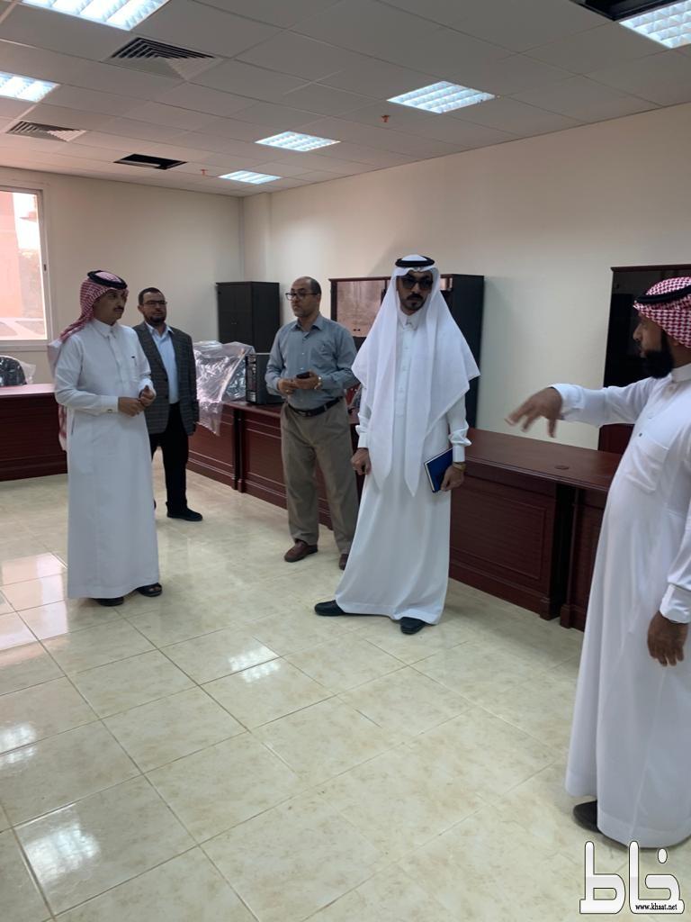 مساعد المشرف العام على فرع جامعة الملك خالد بتهامه يتفقد كلية العلوم والآداب للطلاب