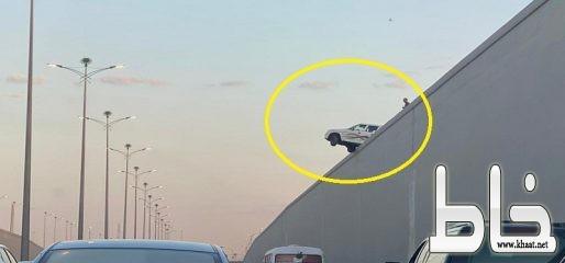 في حادث غريب سيارة معلقة أعلى نفق الأندلس بجدة