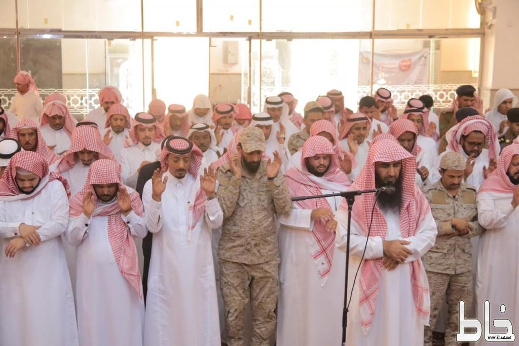 وكيل محافظة بارق يتقدم المصلين على الشهيد حسن الشهري