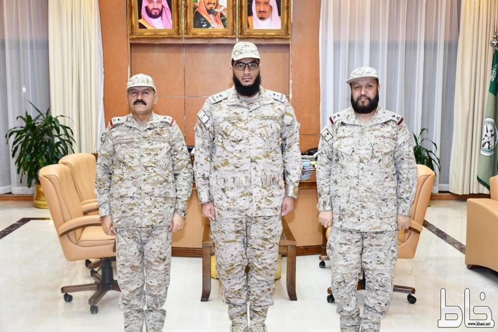 """قائد المنطقة الجنوبية يقلد نزار العمري رتبته الجديدة """" مقدم """""""