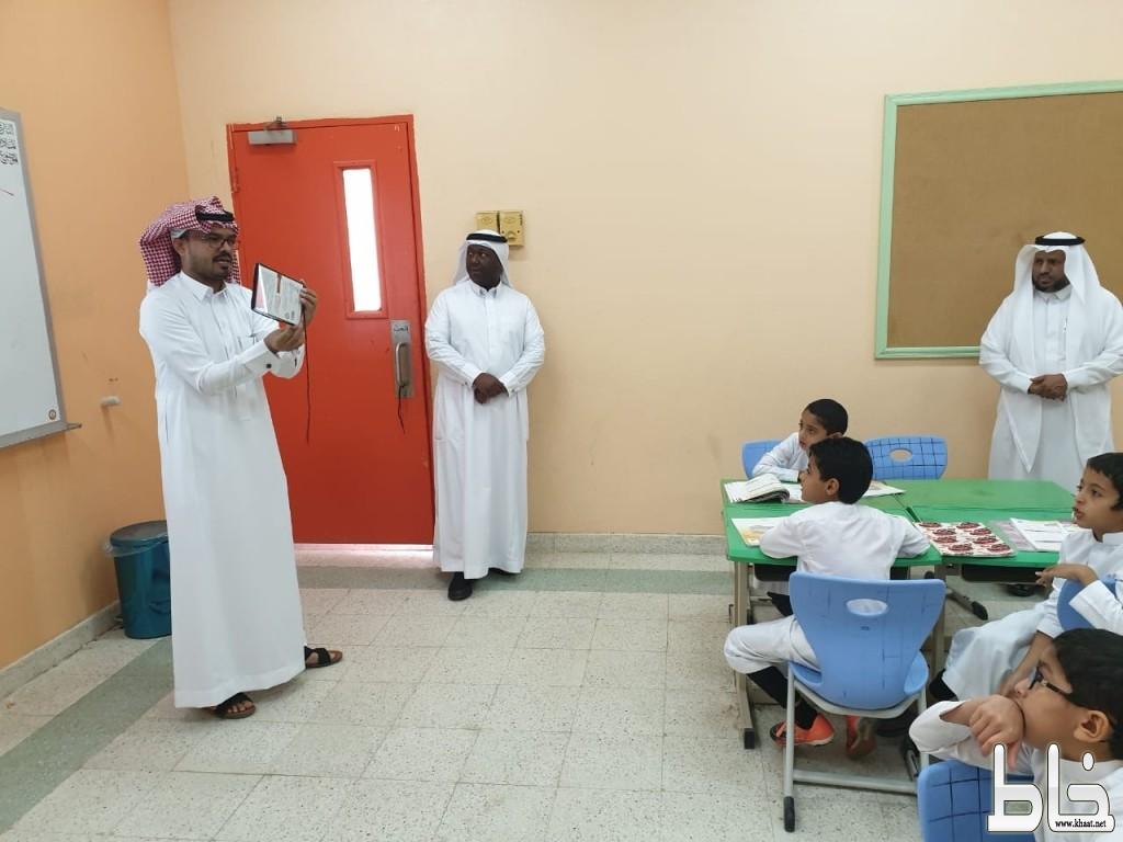 الحارثي في زيارة لمدرسة المورد بالأحسرين