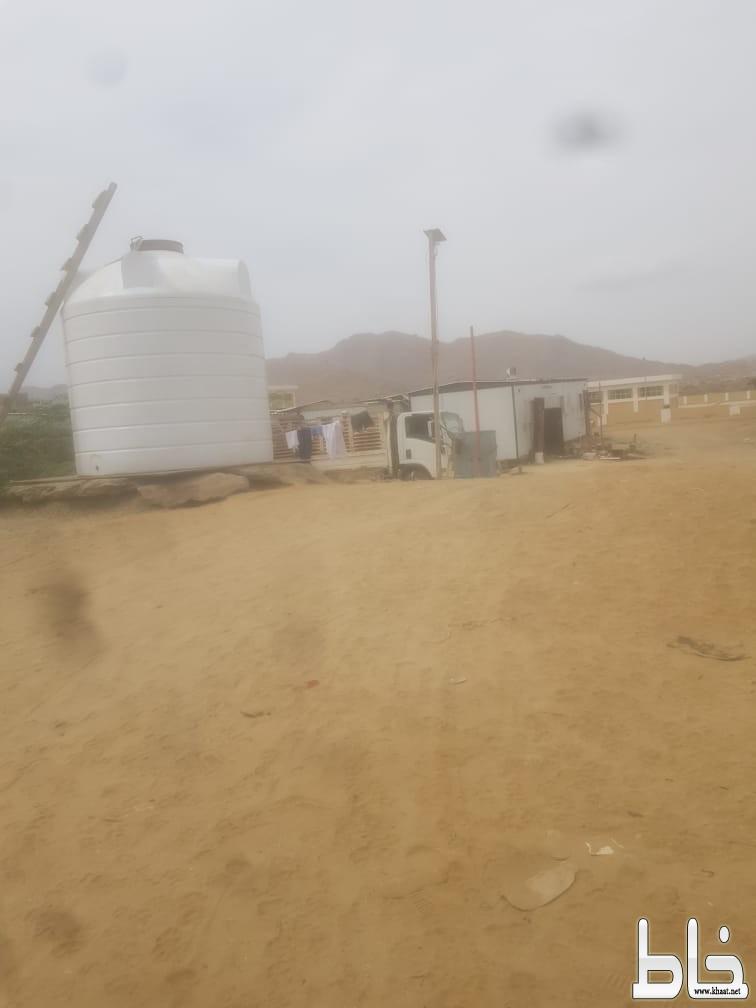 خطر كورونا يتجول بين عمال شركة سد وادي يبة جنوب مركز احد ثربان