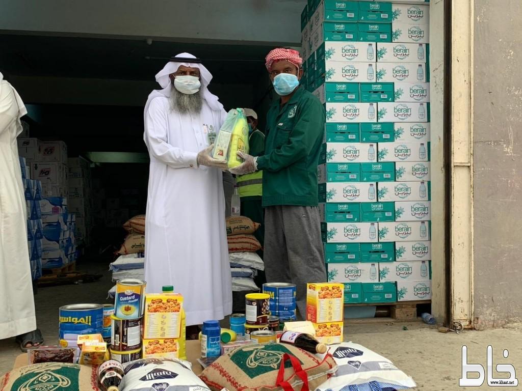 """في مبادرة  """" غذاؤنا .. غذائكم """"  جمعية البر ببارق توزع سلال غذائية لعمال البلدية"""