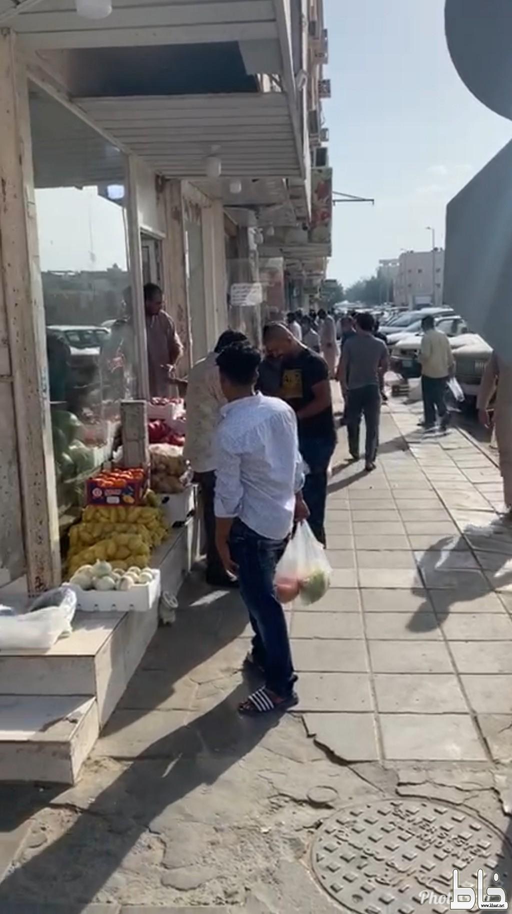 في اول ايام رمضان:  خطر كورونا يتجول في اسواق الخضار والفواكة بمدينة الثقبة بالمنطقة الشرقية