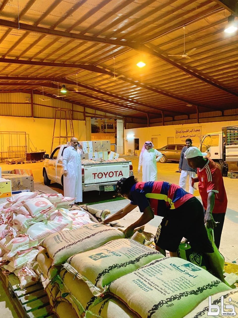 جمعية البر ببارق تواصل توزيع السلال الرمضانية لكافة مستفيديها