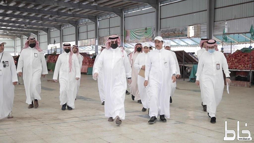 سمو الأمير تركي بن طلال يتفقَّد أسواق أبها النموذجية