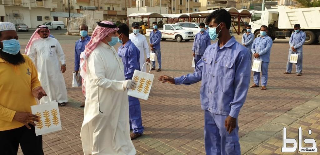 محافظ المجاردة يزور عمال النظافة ويهنئهم بعيد الفطر المبارك