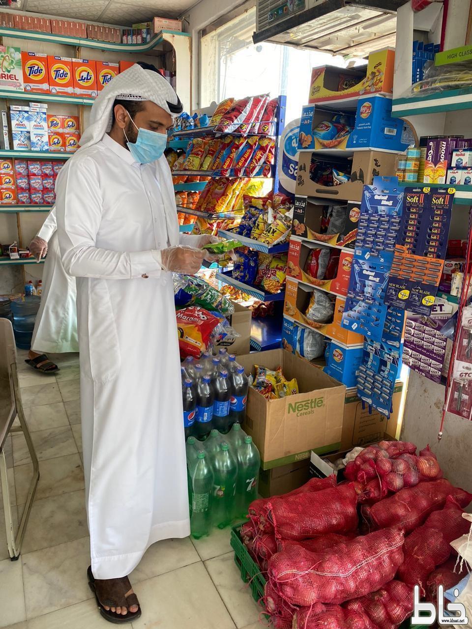 بلدية بارق تغلق مركز تسوق مخالف وتضبط مواد غذائية فاسدة