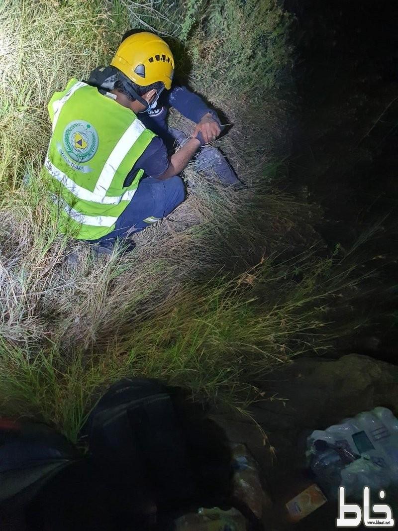 مدني المجاردة ينقذ شخصين عالقين بجبل آل مرير بمركز خاط