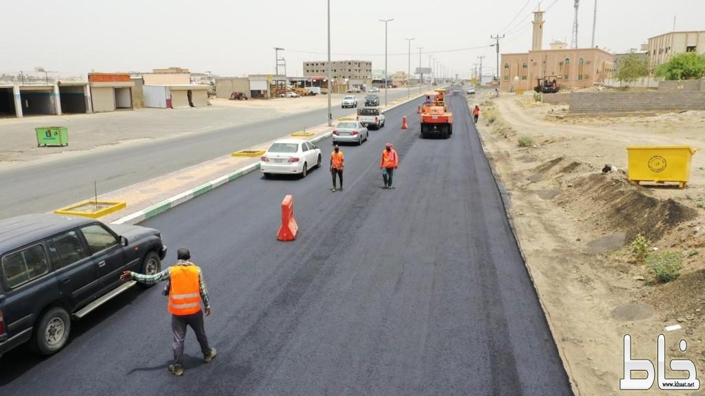 بلدية محافظة بارق تواصل أعمال إعادة الطبقة الأسفلتية لطريق الملك عبدالله