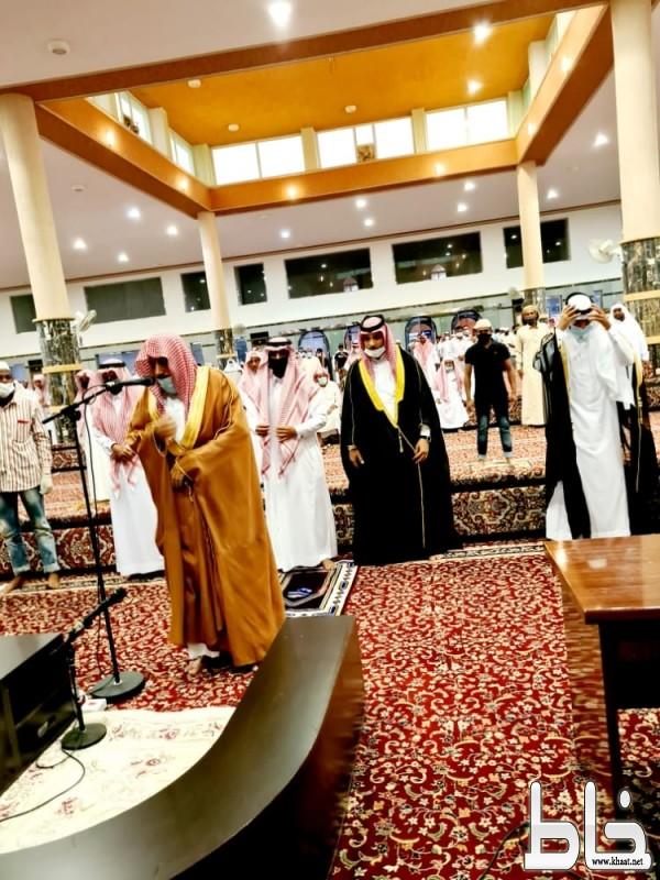وسط اجراءات احترازية جموع المصلين يؤدون صلاة عيد الاضحى المبارك بالجامع الكبير بأحد ثربان