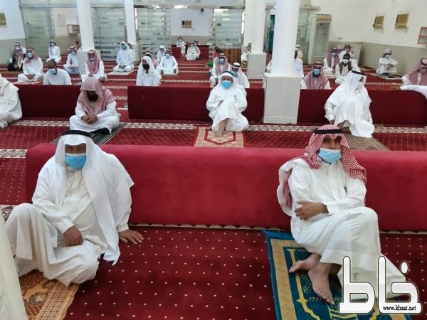 وسط اجراءات احترازية جموع المصلين يؤدون صلاة عيد الاضحى المبارك بجامع حيد عبس