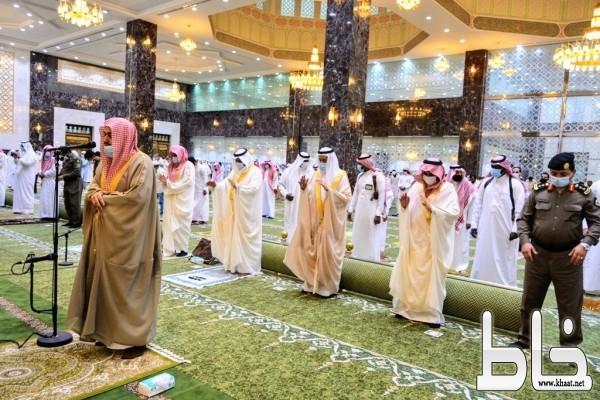 محافظ محايل المكلف يتقدم المصلين في صلاة عيد الأضحى المبارك