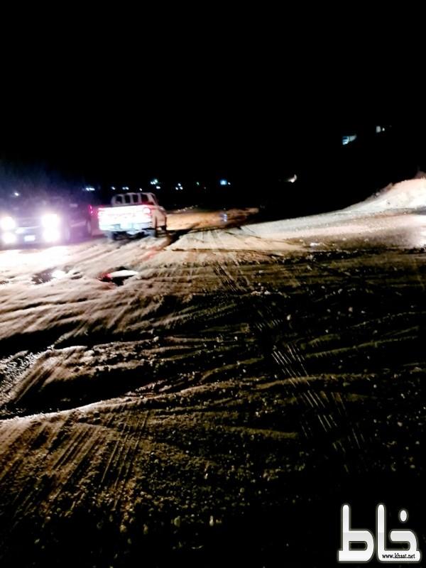 اكومة من الاتربة والحجارة وسط الطريق العام بأحد ثربان تهدد حياة المسافرين